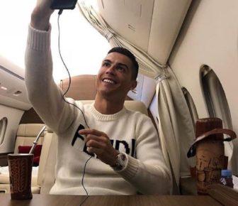 Cristiano Ronaldo critique pour une photo joyeuse dans un avion