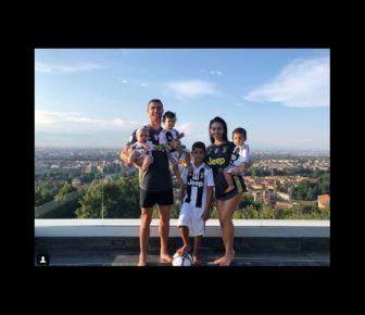 Cristiano Ronaldo heureux avec ses quatre enfants aux couleurs de la Juventus